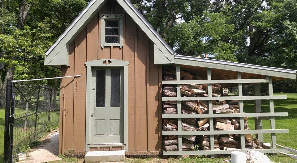 Example of external painting of outhouse